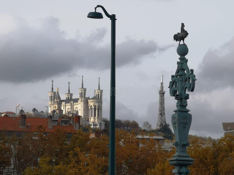 Weergeven van Basilique Notre Dame de Fourviere en de metaaltoren van Furviere Lyon, de herfst, Frankrijk stock afbeelding