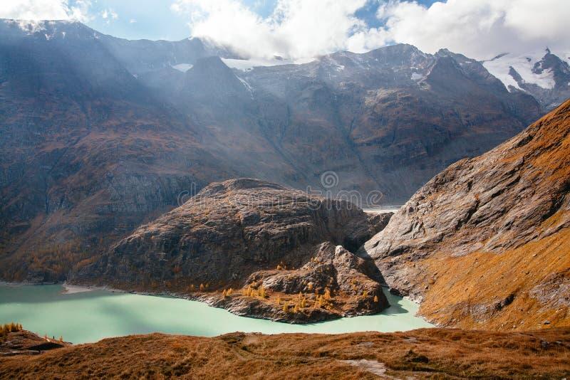 Weergeven van berg met blauwe hemel van de Hoge Alpiene Weg van Grossglockner in Oostenrijk royalty-vrije stock fotografie