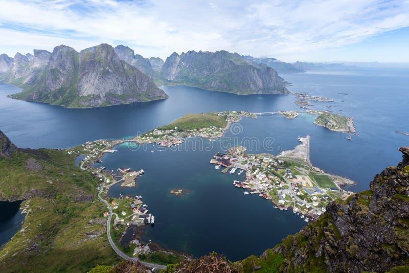 Weergeven van bergen en Reine in Lofoten-eilanden, Noorwegen De mooie Dag van de Zomer royalty-vrije stock fotografie