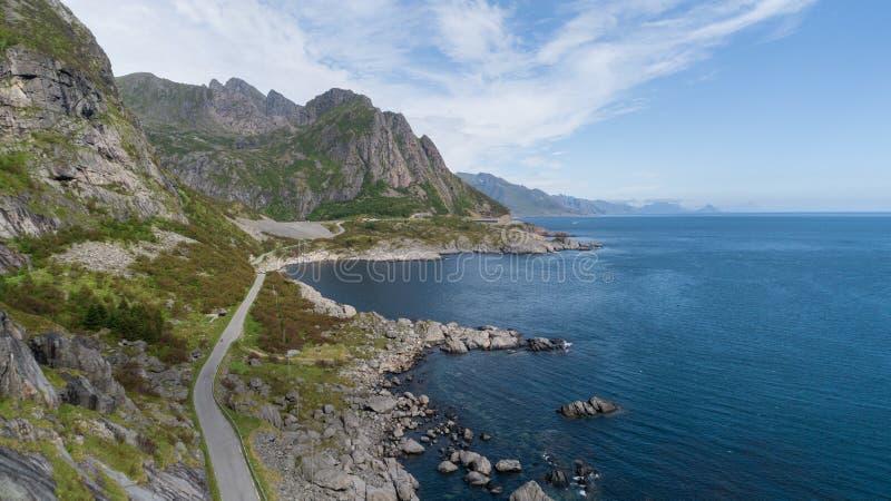 Weergeven van bergen en weg in Lofoten-eilanden, Noorwegen royalty-vrije stock foto's