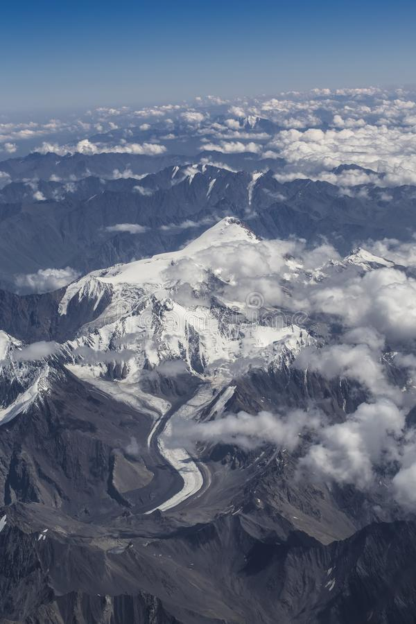Weergeven van bergpieken van het niveau van zeldzame wolken stock fotografie