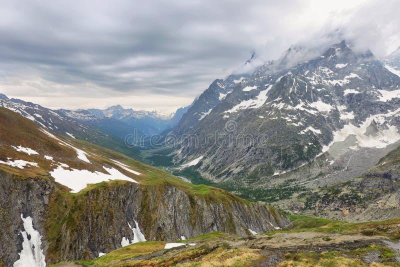 Weergeven van bergpieken met gletsjers in Val Ferret, Aosta-vallei, Italië stock fotografie