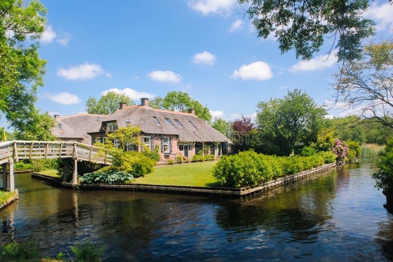 Weergeven van beroemd Giethoorn-dorp met kanalen in de provincie van 'Overijssel stock foto's