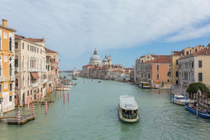 Weergeven van beroemd Groot kanaal met Basiliekdi Santa Maria della Salute in Venetië, Italië royalty-vrije stock fotografie