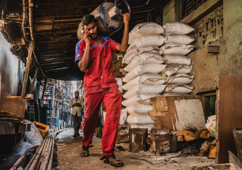 Weergeven van binnenuit de dharavikrottenwijk in mumbay India tijdens het werken stock fotografie