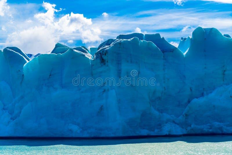 Weergeven van blauw ijs van Gletsjergrijs en Grey Lake in zonnige dag bij Torres del Paine National Park stock fotografie