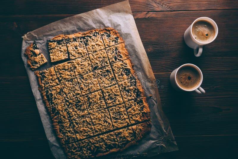 Weergeven van boven vers gebakken koekjes op bakseldocument stock afbeelding