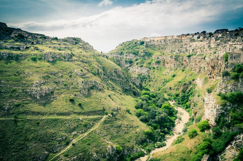 Weergeven van canion met rotsen en holen Murgia Timone, Matera Sassi, royalty-vrije stock foto's