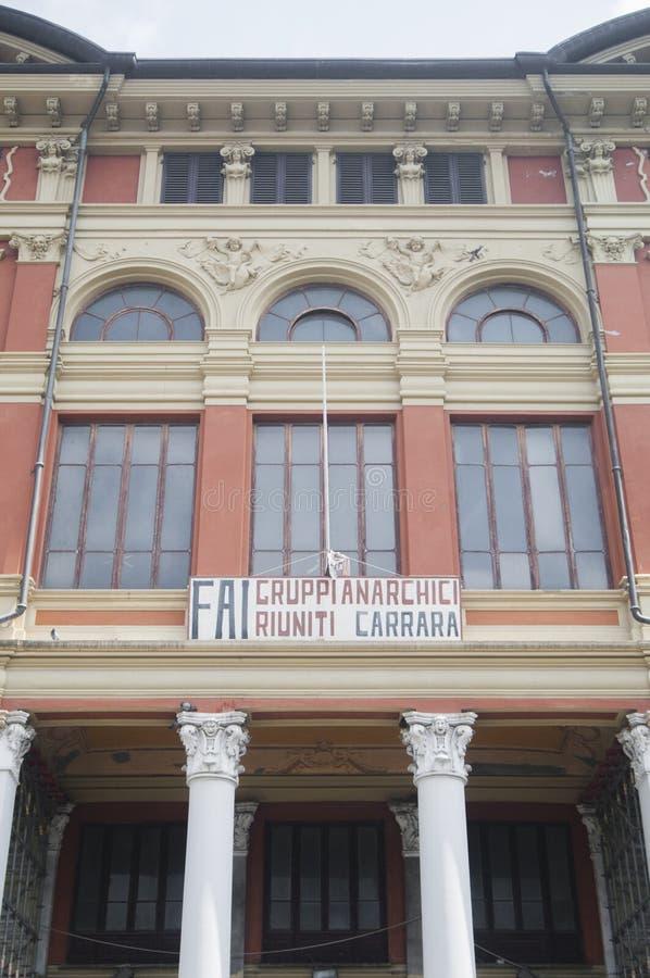Weergeven van Carrara: de zetel van de Italiaanse federatie van anarchisten, die als belangrijkst in de wereld wordt erkend Het t royalty-vrije stock fotografie