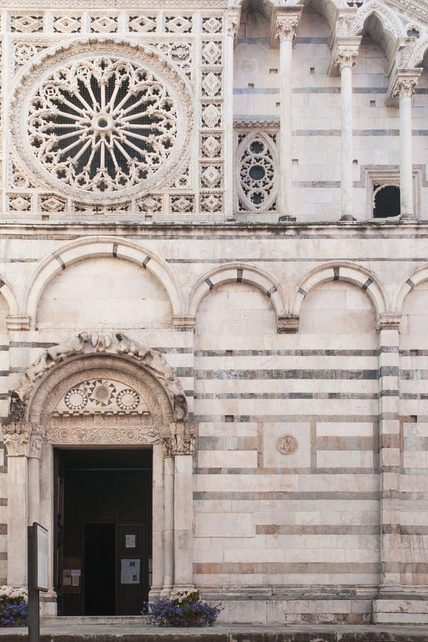 Weergeven van Carrara, Toscanië: de St Andrew Cathedral belangrijkste ingang royalty-vrije stock fotografie