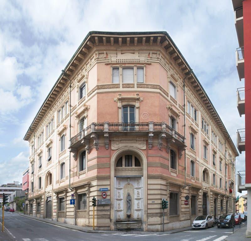 Weergeven van Carrara Toscanië, het Risorgimento-geroepen gebouw stock fotografie