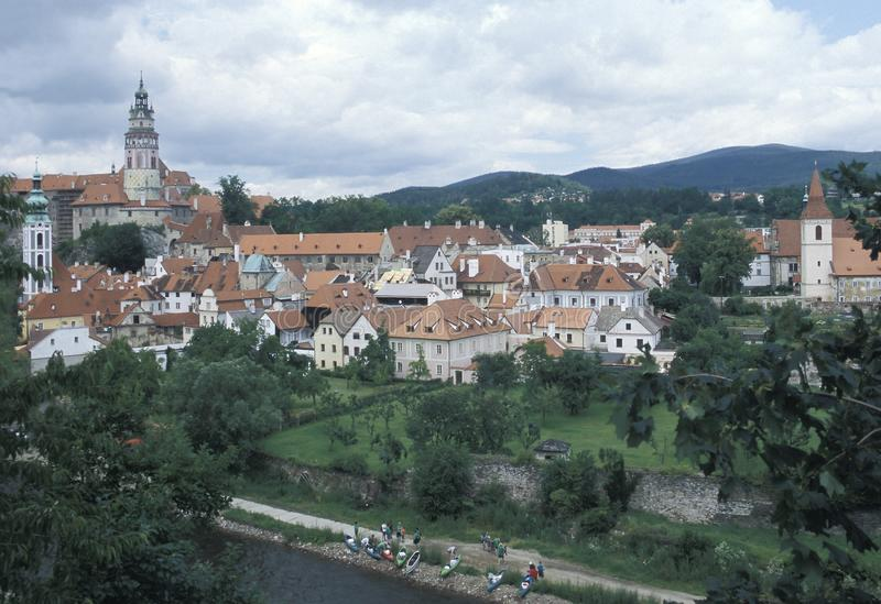 Weergeven van Cesky Krumlov met de ronde geschilderde toren van zijn Kasteel Cesky Krumlov is één van de schilderachtigste steden royalty-vrije stock foto's