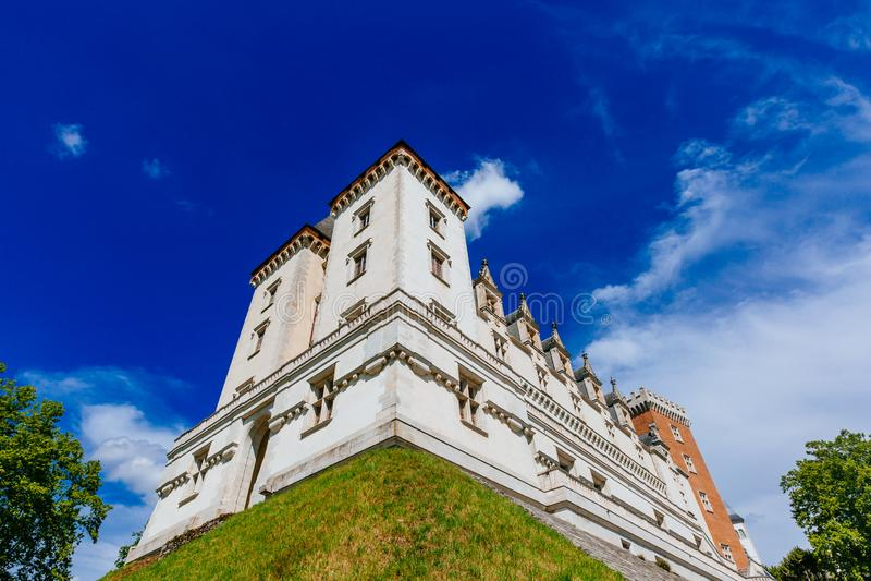 Weergeven van Château DE Pau tegen blauwe hemel, in het stadscentrum van Pau, Frankrijk stock fotografie