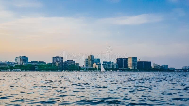 Weergeven van Charles River met horizon van Cambridge bij schemer, in Bost stock foto