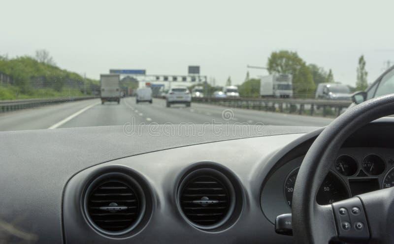 Weergeven van cockpit van auto op autosnelweg royalty-vrije stock afbeelding