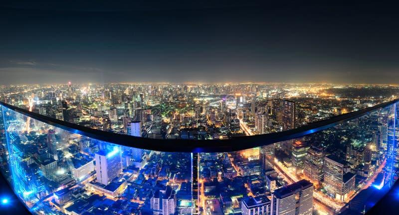 Weergeven van dak met gebouwenverlichting en verkeerslicht in Bangkok royalty-vrije stock afbeelding