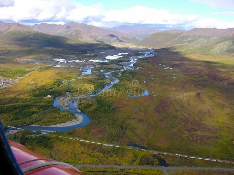 Weergeven van de aard en de dorpen van Chukotka van hoogte van de helikopter stock afbeelding