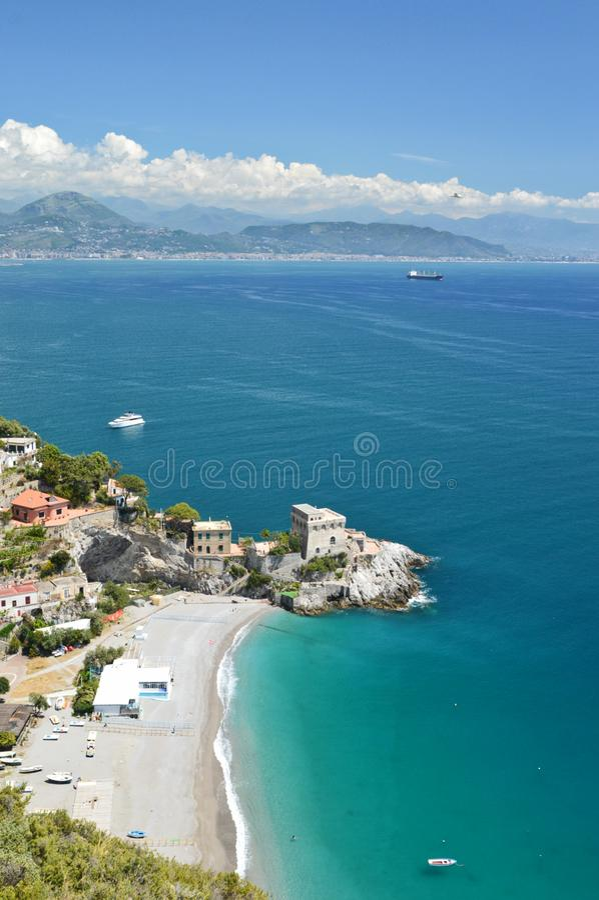 Weergeven van de Amalfi kust, met een klein dorp stock afbeelding