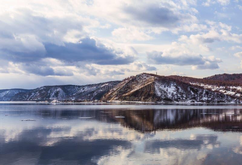 Weergeven van de Angara-rivier bij zijn bron van meer Baikal Het gebied van Irkoetsk, Oostelijk Siberi? royalty-vrije stock foto