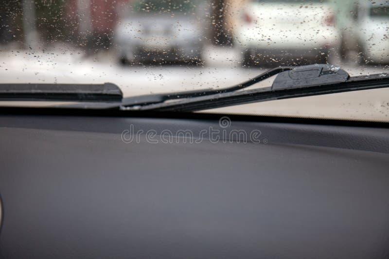 Weergeven van de auto door het venster aan de wissers die t verwijderen royalty-vrije stock afbeeldingen