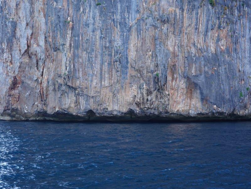 Weergeven van de Baai van Loh Samah, Phi Phi-eiland, Thailand stock fotografie