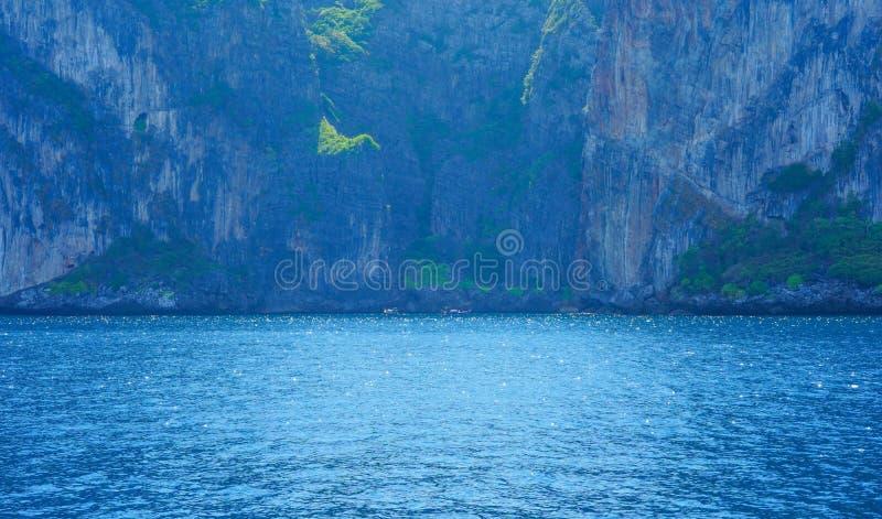 Weergeven van de Baai van Loh Samah, Phi Phi-eiland, Thailand op de zomer royalty-vrije stock foto's