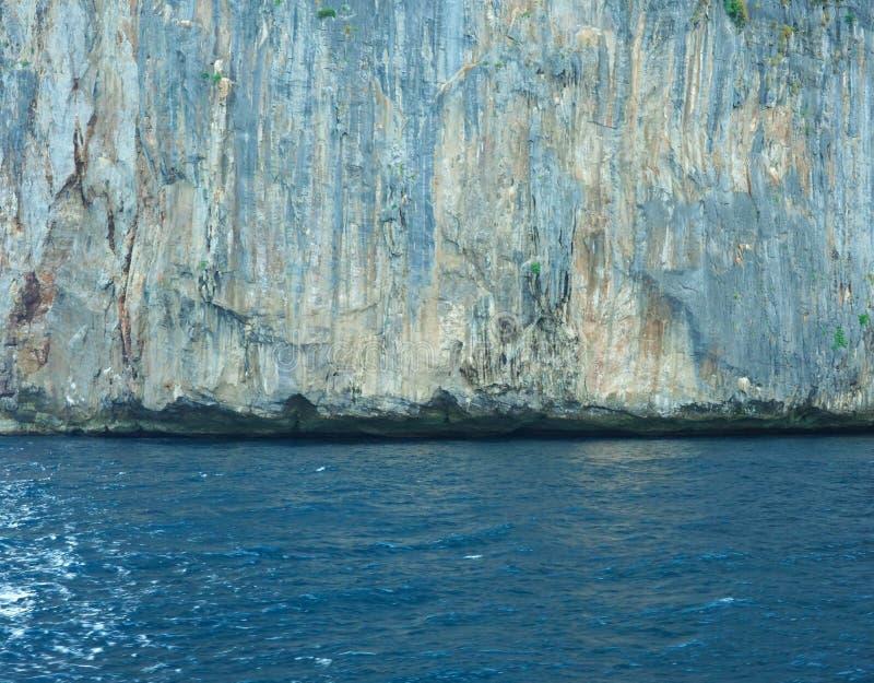 Weergeven van de Baai van Loh Samah, Phi Phi-eiland, Thailand op de zomer stock foto's