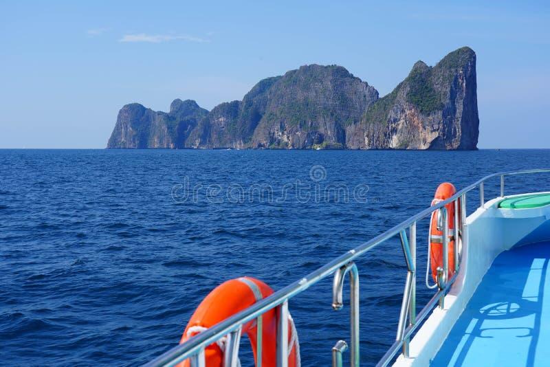Weergeven van de Baai van Loh Samah, Phi Phi-eiland, Thailand op de zomer stock afbeeldingen