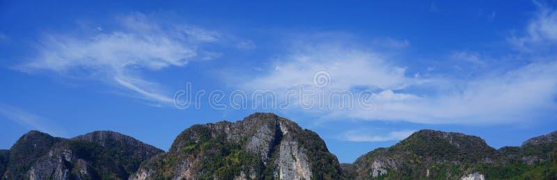 Weergeven van de Baai van Loh Samah, Phi Phi-eiland, Thailand royalty-vrije stock foto