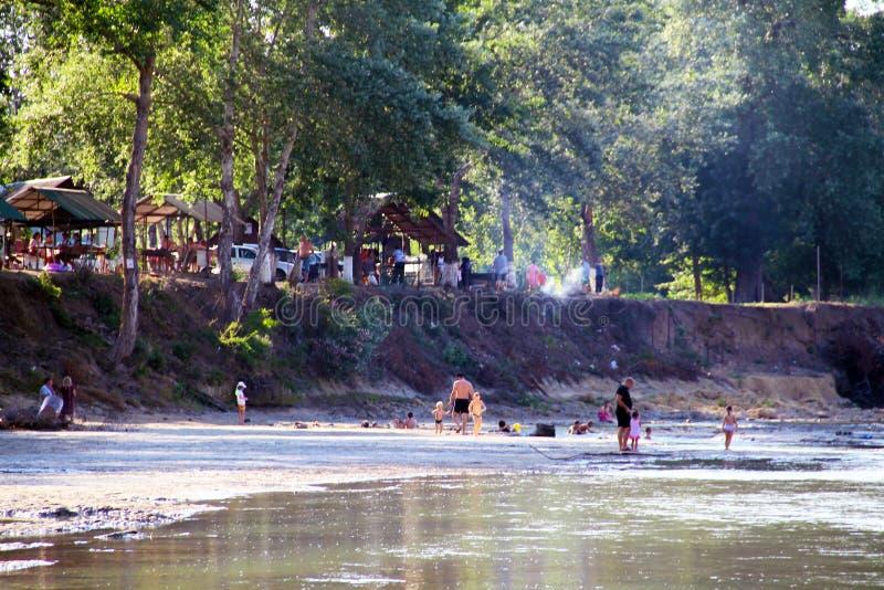 Weergeven van de Belaya-Rivier en het openbare park langs de rivier De mensen ontspannen op de rivierbank stock afbeelding