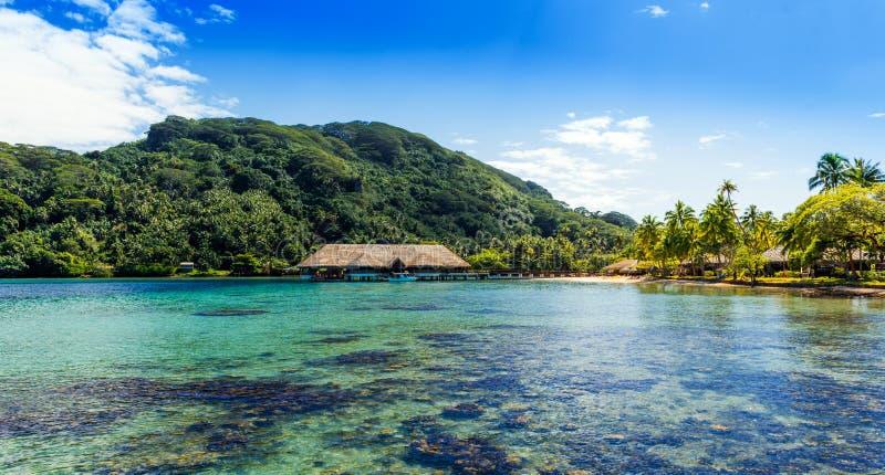 Weergeven van de berg in de lagune Huahine, Franse Polynesia stock foto's