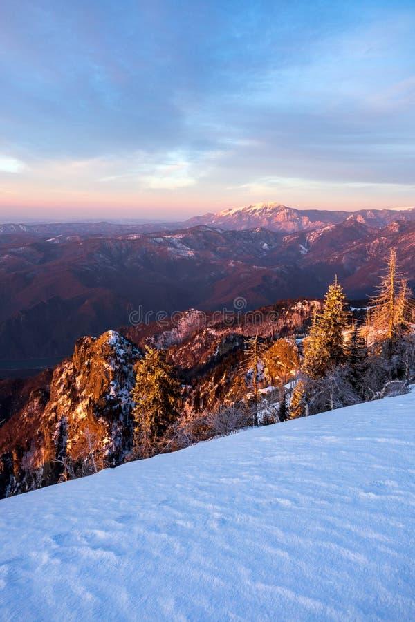 Weergeven van de bergen van Buila Vanturarita die van Cozia-Piek worden gezien royalty-vrije stock foto's