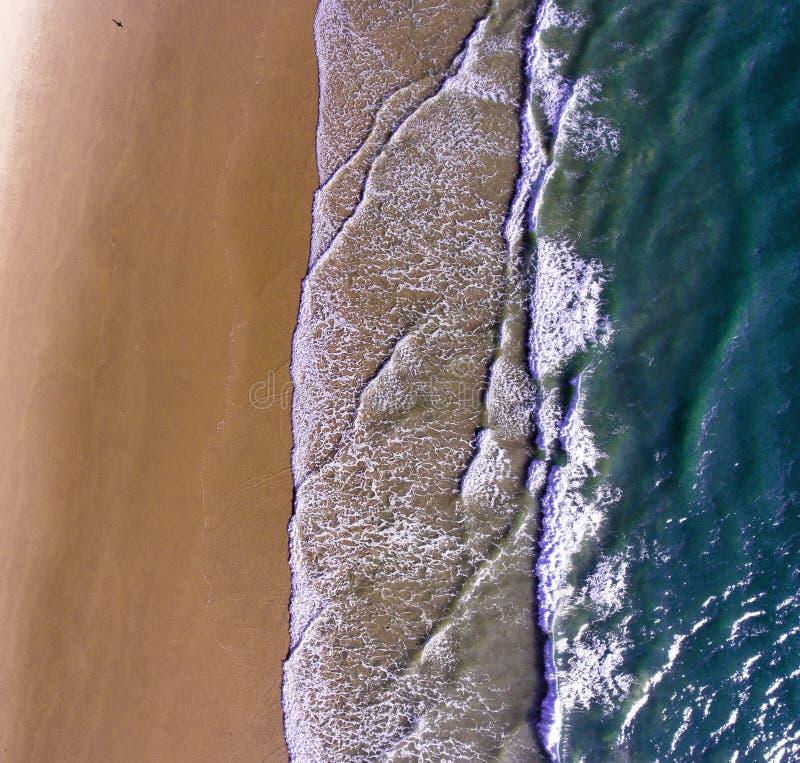 Weergeven van de bergen en de Indische Oceaan van een vogelperspectief, een hommel van een hoogte van 300 m stock foto