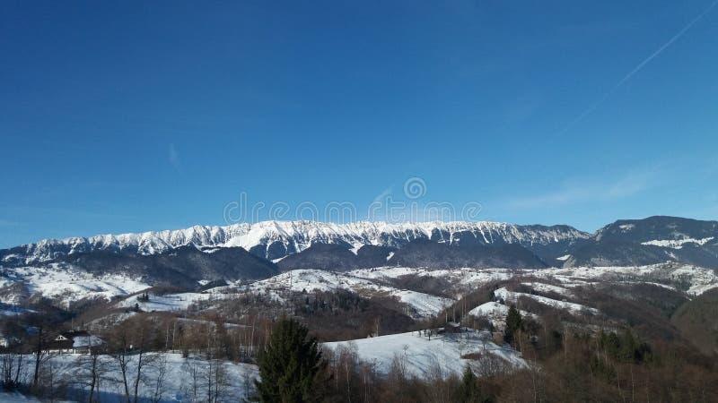 Weergeven van de bergen in het sneeuwseizoen stock foto's