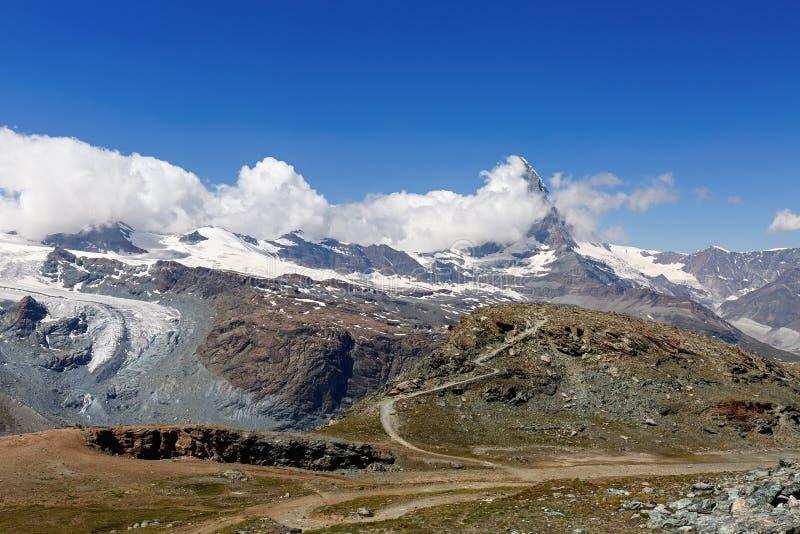 Weergeven van de bergketen in wolken wordt gehuld die stock afbeelding