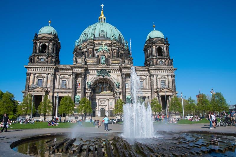 Weergeven van de Berliner Koepel Berlin Cathedral met een fontein in de voorgrond stock foto's