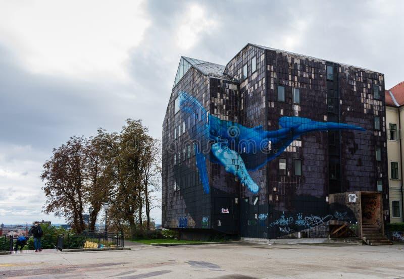 Weergeven van de beroemde muurschildering van een reuze blauwe wale op een verlaten oud grijs gebouw in Zagreb, Kroatië stock fotografie