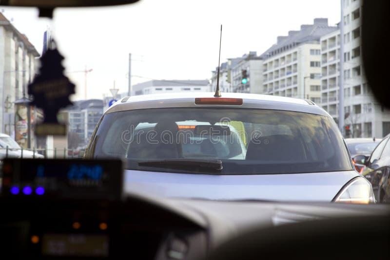 Weergeven van de binnenkant van de auto op de auto, die vooraan wordt gevestigd congestie royalty-vrije stock afbeeldingen