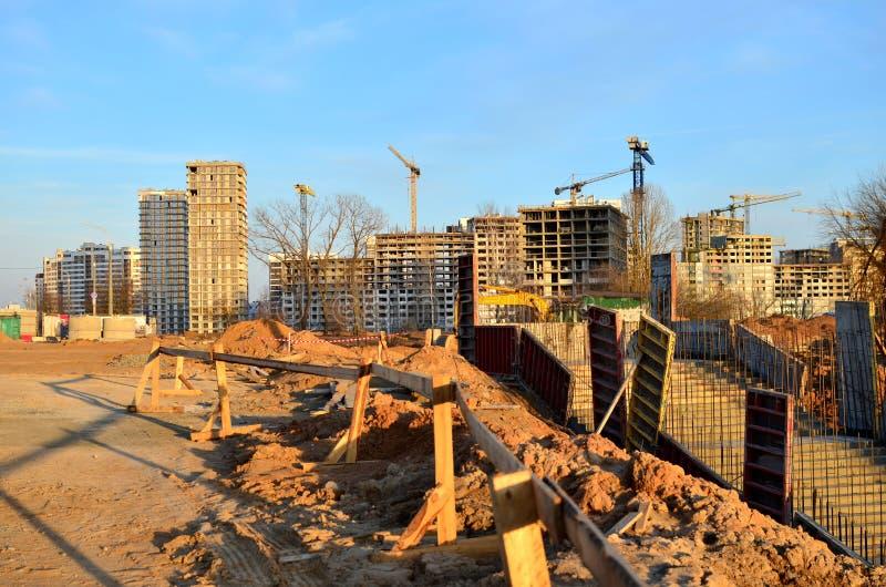 Weergeven van de bouwwerf met kranen, concrete bekisting in de kuil in de bouw van een ondergrondse passage stock foto