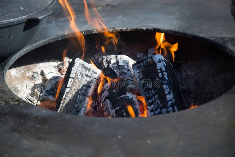 Weergeven van de brand met steenkolen in het ovale gat van de koperslager royalty-vrije stock foto's