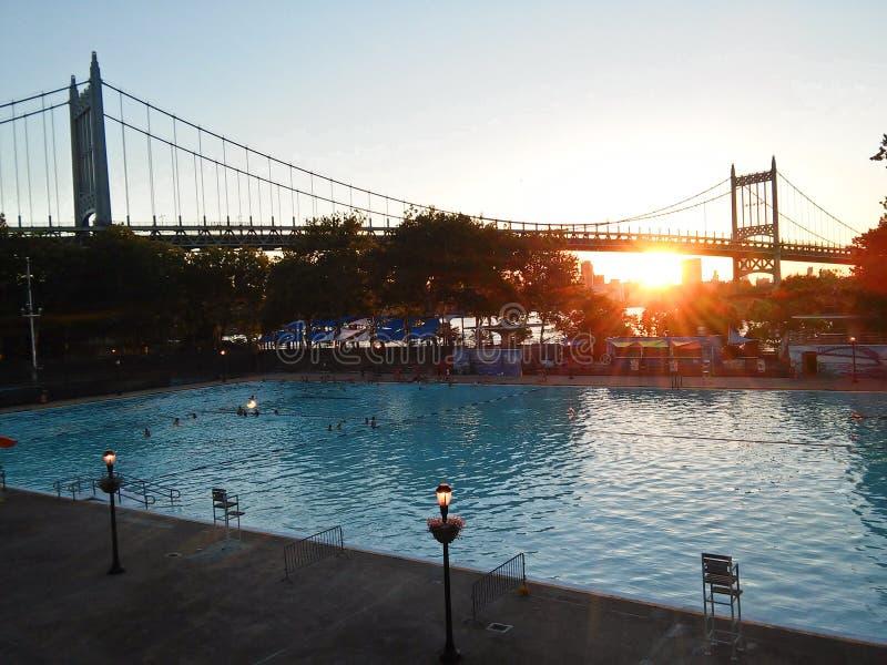 Weergeven van de Brug van ED Koch Queensboro van Long Island-Stadspark stock fotografie