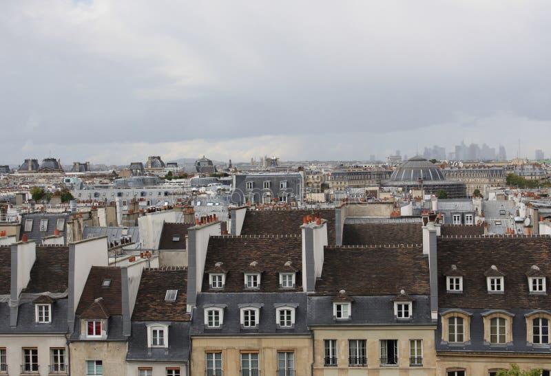 Weergeven van de centrumstraten van Parijs Daken van Parijs De dramatische hemel van de herfst royalty-vrije stock foto