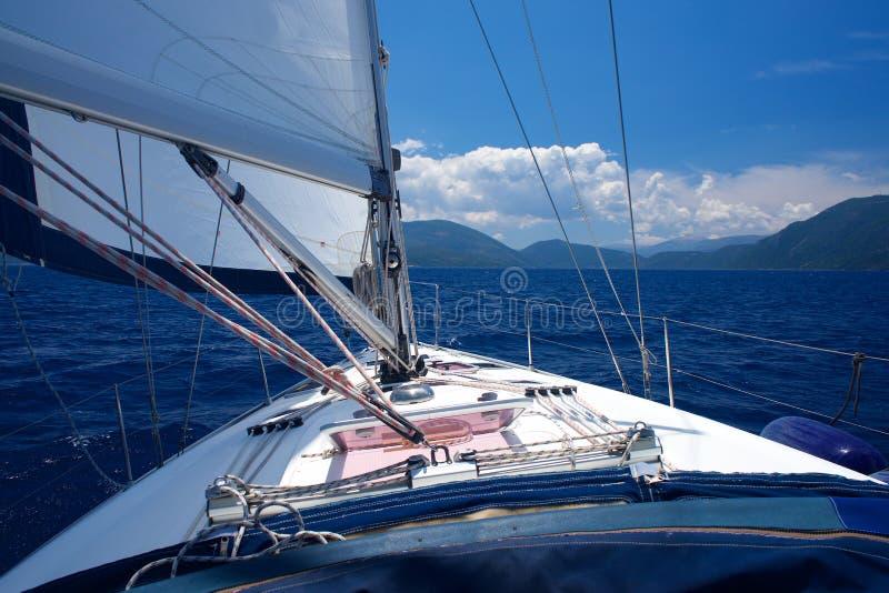 Weergeven van de cockpit van een zeilboot die vooruit eruit zien Het hoofdzeil is open stock afbeeldingen