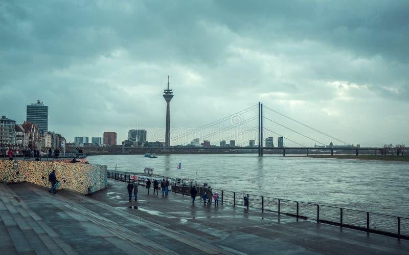 Weergeven van de dijk van Dusseldorf stock afbeeldingen