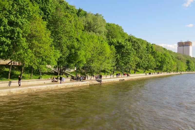 Weergeven van de dijk van het Park van Gorky van de Rivier van Moskou stock fotografie