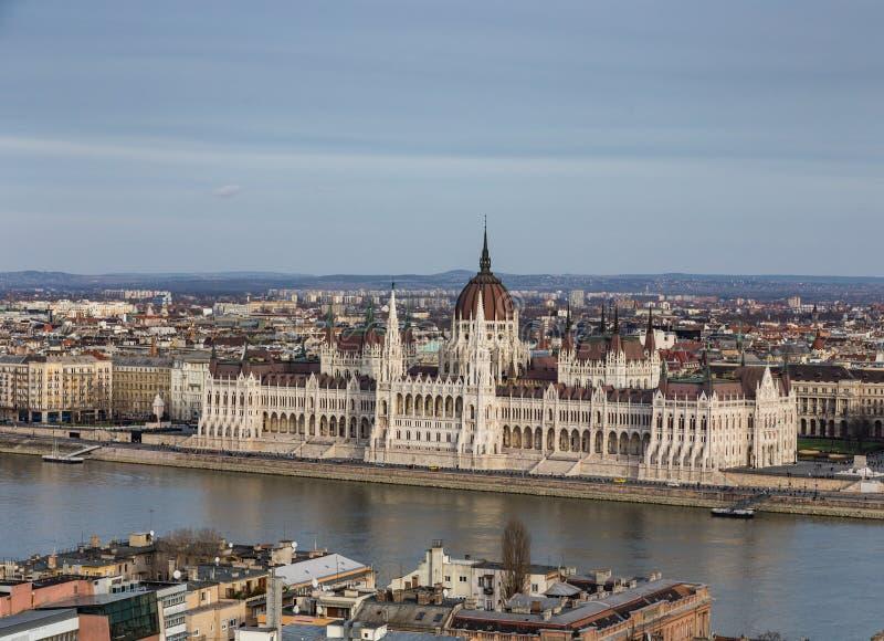 Weergeven van de dijk van de rivier Donau en oud Parlementsgebouw in Boedapest, Hongarije royalty-vrije stock afbeelding