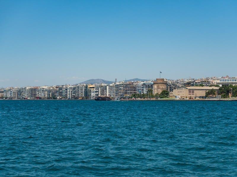 Weergeven van de dijk van Thessaloniki, de Witte Toren en het Koninklijke Theater, Griekenland royalty-vrije stock foto's