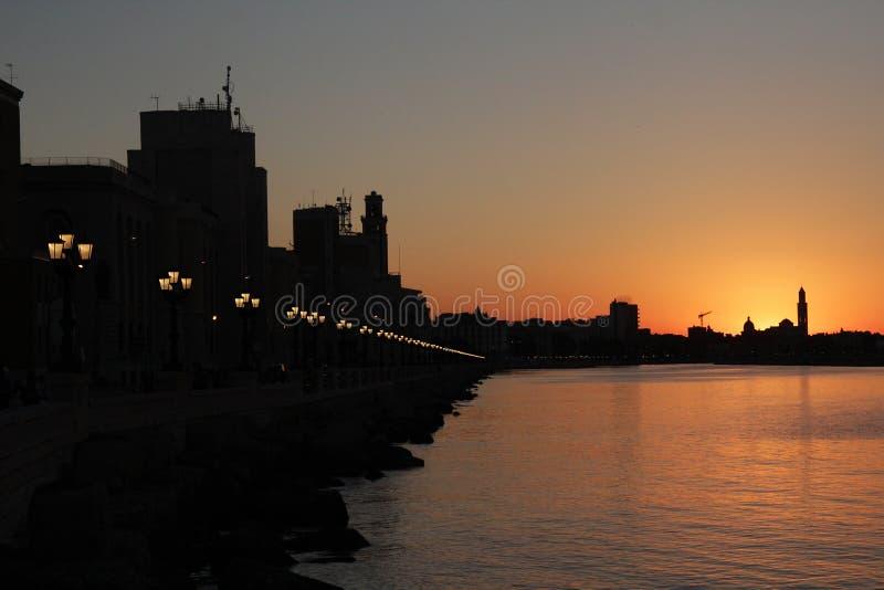 Weergeven van de dijk tijdens zonsondergang stock foto