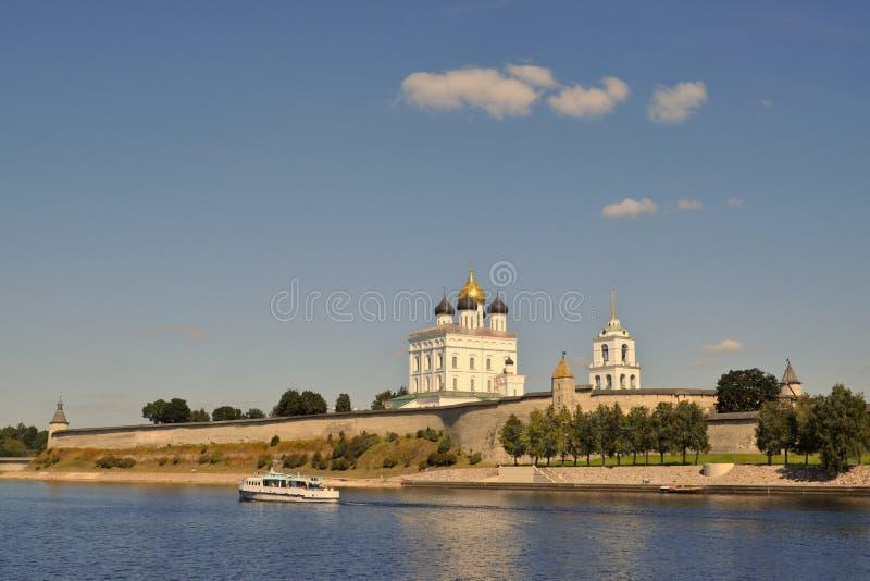 Weergeven van de Drievuldigheidskathedraal in Pskov het Kremlin van de Grote Rivier, waarop de schipzeilen op een de zomeravond stock fotografie