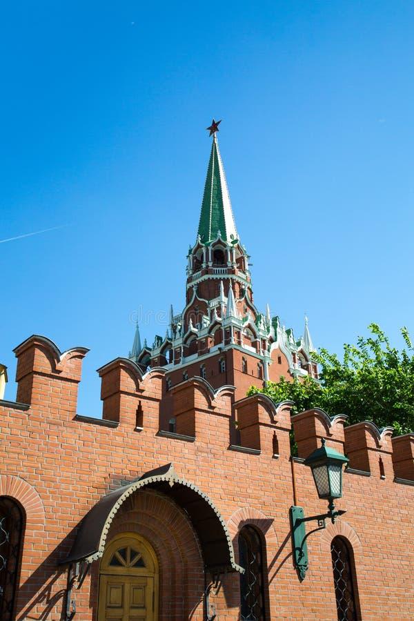 Weergeven van de Drievuldigheidstoren van Moskou het Kremlin met een vestingsmuur op een Zonnige de lentedag stock foto's